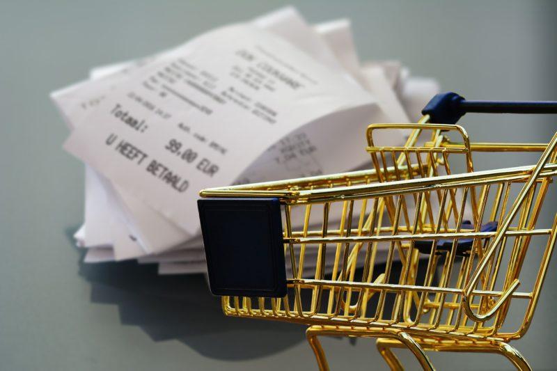ショッピングカートとレシートの山