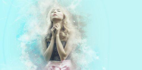 女性が祈りを捧げる