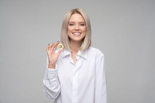 ビットコインをもつ女性