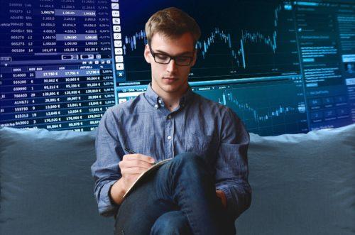 株チャートを見つめるサラリーマン
